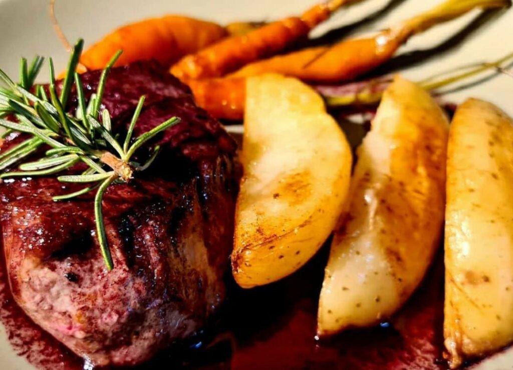 Mignon com cenoura e batata no restaurante em São Miguel do Gostoso